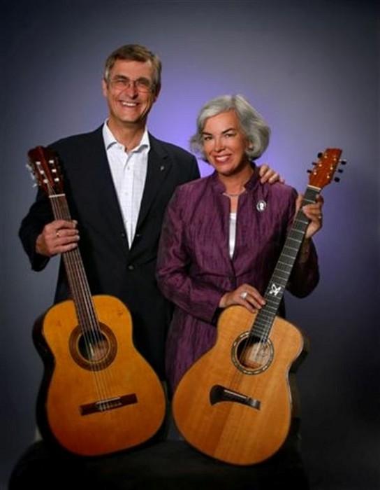 Jan-Erik Elfving och Karin Sandqvist. Två röster, två gitarrer. Foto: Airaksinen
