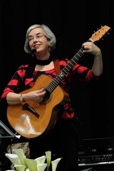 Karin Sandqvist sjunger Huldén på Bokmässan i Botniahallen, Korsholm 19.4.2009. Foto: Johan Hagström